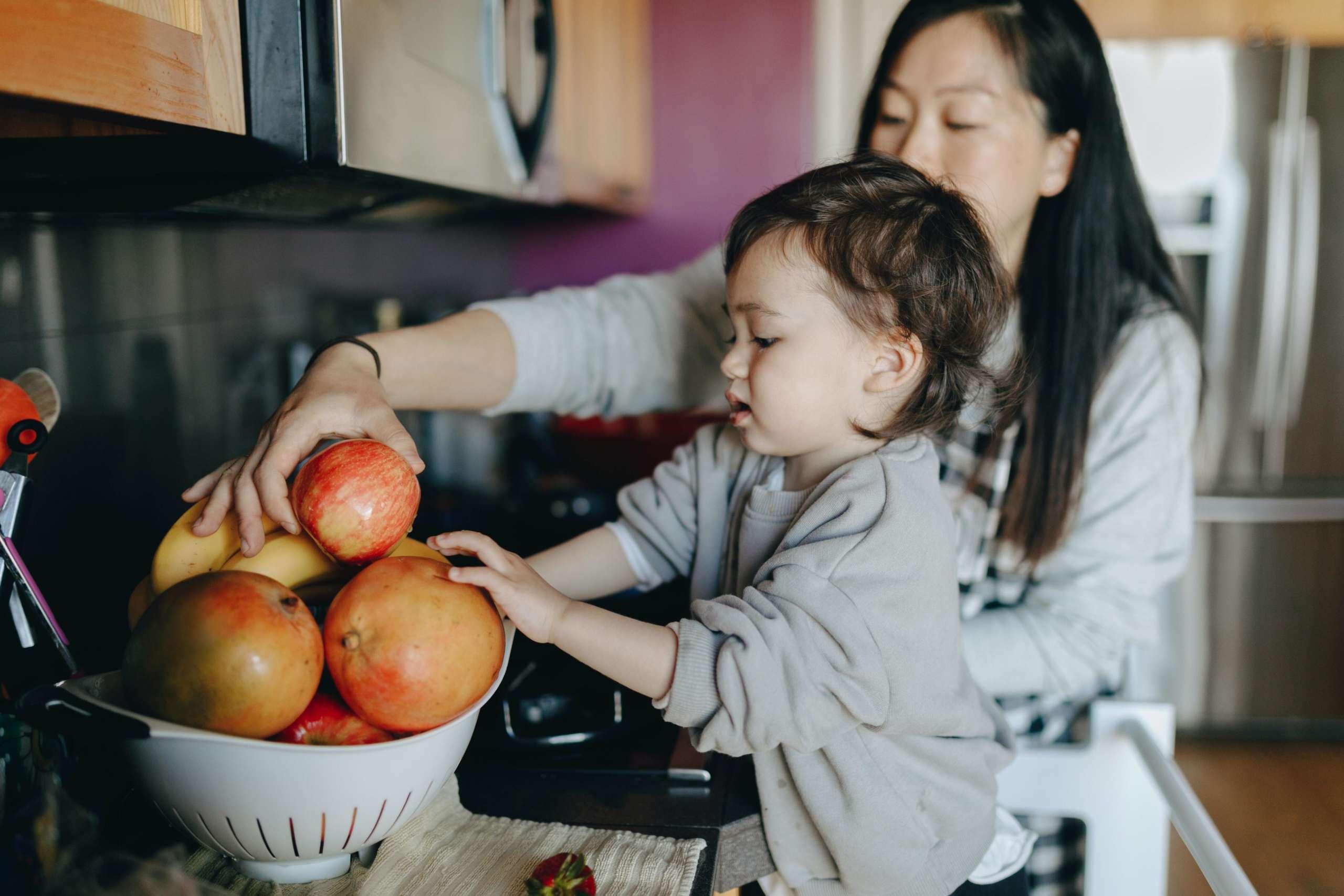 mom-kid-fruits-veggies-fresh